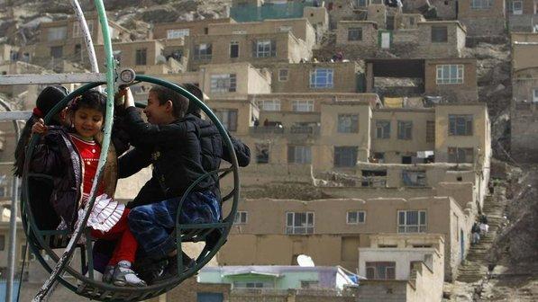 Criancas-balanco-afeganistao-20120320-size-598