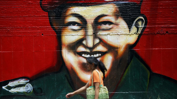 Mulher-rua-muro-hugo-chavez-20120430-01-size-598