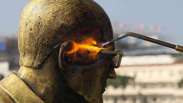 Busto-carlos-drumond-andrade-oculos-20120615-size-598