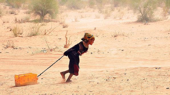 Refugiados-crianca-agua-mauritania-20120503-size-598